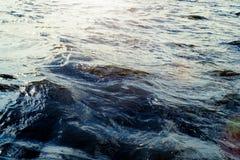Поверхность воды с пульсациями и отражениями солнечного света Стоковое Изображение RF