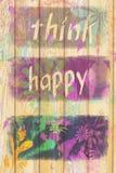 Поверхность деревянной предпосылки с положительной цитатой думает счастливое стоковое фото rf