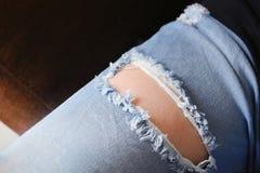 Поверхность джинсовой ткани, брюки с разрывом и до джинсов волокна стоковая фотография