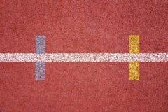 Поверхность идущего следа прорезиновая искусственная с цветным обозначением Стоковые Фото
