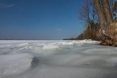 Поверхность льда на замороженном побережье озера Стоковая Фотография