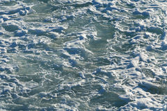 Поверхность морской воды с белой пеной Стоковая Фотография RF