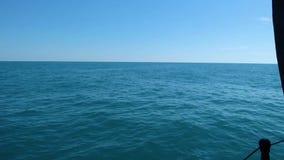 Поверхность моря и небо - взгляд от moving доски шлюпки акции видеоматериалы