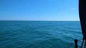 Поверхность моря и небо - взгляд от moving доски шлюпки сток-видео