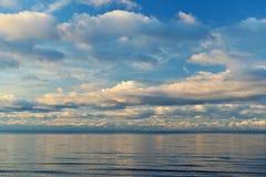 Поверхность моря под голубым небом Стоковая Фотография