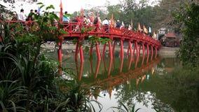 Поверхность озера деревянный мост Overlaying стоковое фото rf