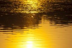 Поверхность озера на заходе солнца Стоковые Изображения RF