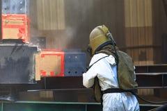 Поверхность подготовки работника процессом взрывать песка стоковая фотография rf