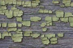 Поверхность предпосылки деревянная с треснутой зеленой краской Стоковое Фото