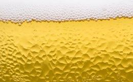 Поверхность стекла пива с пеной и падениями Стоковое Изображение