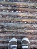 Поверхность тропы деревянных журналов винтажная с gumshoes toes положение стоковое изображение rf