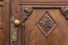 Поверхность Doorknob крупного плана европейского дуба текстуры эмблемы двери тяжелая Стоковая Фотография RF