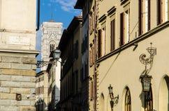 Повесть Santa Maria ` придает квадратную форму ` с взглядом колокольни Santa Maria del Fiore, Флоренса, Италии Стоковые Фотографии RF