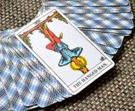 Повешенная стойка сдачи отражения карточки Tarot человека вне изображения Стоковые Изображения
