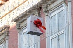 Повешенные подарочные коробки как украшение 11 улицы Стоковые Фото