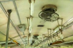 Повисните старый поезд, ручку дальше на потолке поезда, железнодорожную сеть или трамвай для безопасности в Таиланде Стоковое фото RF