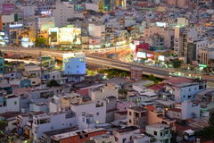 Повисните эстакаду пересечения Xanh в сумерк, Хошимине, Вьетнаме стоковые фотографии rf