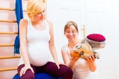 Повитуха давая дородовую помощь для беременной матери Стоковые Фото