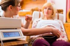 Повитуха видя мать для рассмотрения беременности Стоковые Фотографии RF