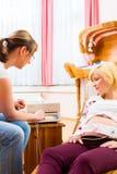 Повитуха видя мать для рассмотрения беременности стоковая фотография rf