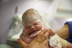 Повитуха задерживая vernix покрыла newborn стоковые фото