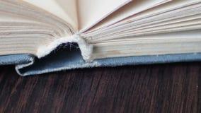 Поворачивать страниц книги видеоматериал