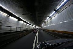 поворачивать тоннеля автомобиля быстро проходя Стоковые Фото