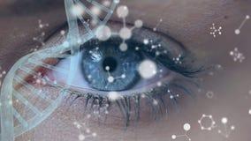 Поворачивая стренга ДНК с голубым глазом на заднем плане сток-видео