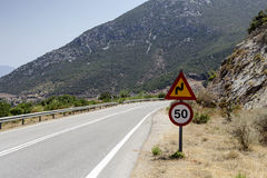 ` ` Поворота ` дорожного знака крутое и ограничения в скорости ` Стоковое Фото
