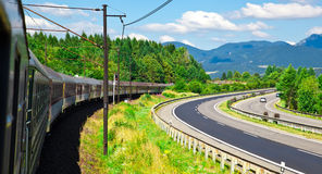 Повороты поезда к праву стоковые изображения