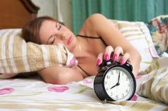 повороты спать женщины сигнала тревоги молодые стоковые фото