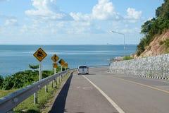Поворот дороги горы с голубым небом и морем Стоковое Изображение RF