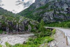 Поворот дороги и моста между скалистыми горами Стоковое Фото