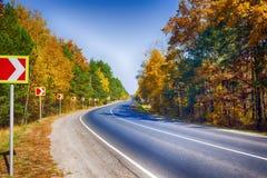 Поворот дороги с дорожными знаками Стоковая Фотография RF