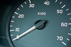 поворот метра индикатора приборной панели автомобиля стоковые изображения rf