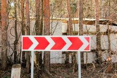 Поворот направления дорожного знака опасный Стоковая Фотография