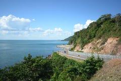 Поворот дороги горы с голубым небом и морем Стоковые Фотографии RF