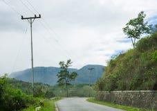Поворот дороги и зеленые холмы вокруг Стоковые Фото