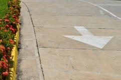 поворот дороги наконечника стрелы левый белый Стоковые Изображения