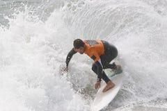 поворот человека занимаясь серфингом Стоковые Изображения