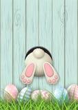 Повод пасхи, дно зайчика и пасхальные яйца в свежей траве на голубой деревянной предпосылке, иллюстрации