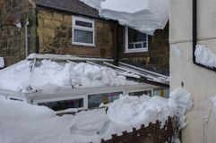 Повреждение снега к охраняющей крыше и guttering Стоковое фото RF