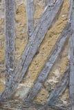 Поврежденная деталь старого полу-timbered дома при пакостные стены и выдержанная древесина, поврежденные, на дне стены Стоковое Изображение