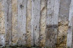 Поврежденная деталь старого полу-timbered дома при пакостные стены и выдержанная древесина, поврежденные, на дне стены Стоковые Изображения