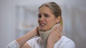 Поврежденная женщина в воротнике пены цервикальном внезапно чувствуя острую боль в шеи видеоматериал