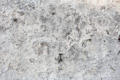 Поврежденная и грязная белая стена с краской слезая и треская, и прессформа Текстура или предпосылка Grunge с космосом экземпляра стоковое фото rf