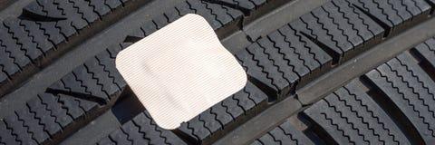 Поврежденная покрышка автомобиля с гипсолитом скорой помощи Стоковые Фотографии RF