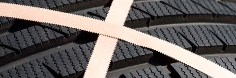 Поврежденная покрышка автомобиля с гипсолитом скорой помощи Стоковое Изображение