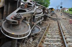 Поврежденное свойство поезда и рельсов после схоженного с рельсов поезда стоковые фотографии rf