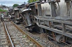 Поврежденное свойство после поезда схоженного с рельсов в Таиланде стоковая фотография rf
